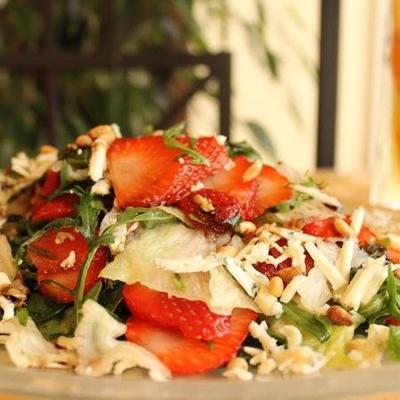 Large proletna salata s yagodi