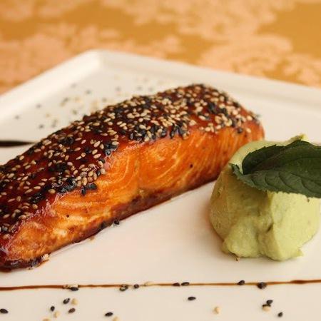 Large pechena syomga v sos teriyaki i susam podnesena s krem ot avokado