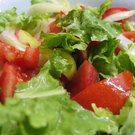Large zelena salata s domati luk i chushki