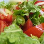 Зелена салата с домати, лук и чушки