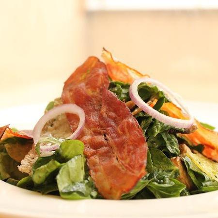 Large salata ot spanak s presni gabi i chips ot bekon