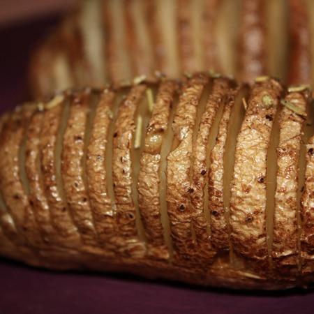 Large pecheni presni kartofi s rozmarin i maslo
