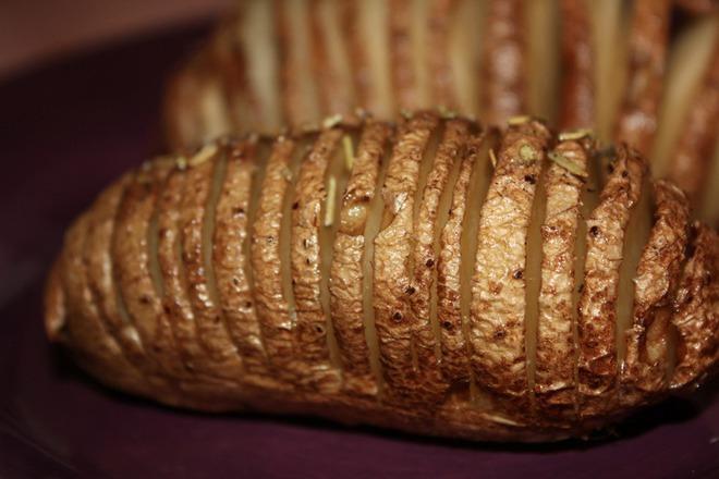 Печени пресни картофи с розмарин и масло