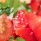 Салата от домати със спанак и лук