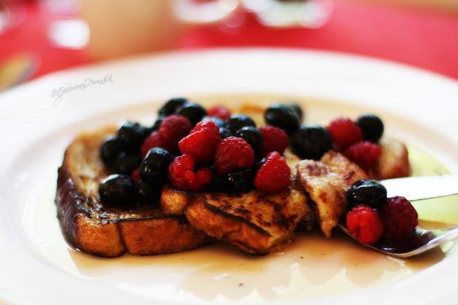 Пържени филийки с малини и боровинки