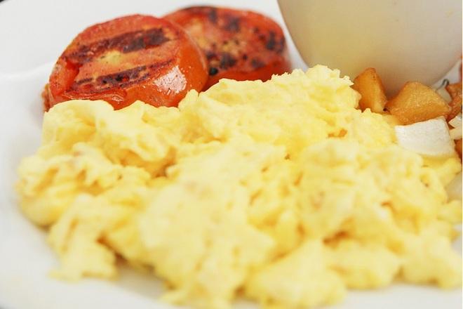 Бъркани яйца със сирене и масло