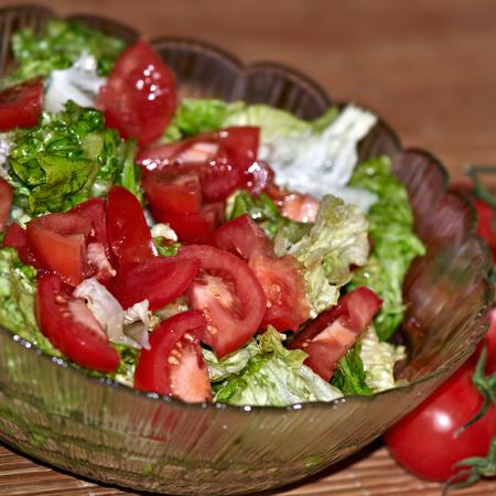 Large svezha zelena salata s domati
