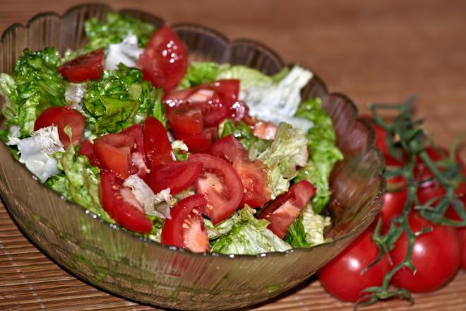 Свежа зелена салата с домати