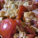 Бъркани яйца с домати и лук