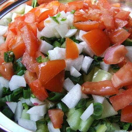 Large salata ot domati i krastavitsi s repichki