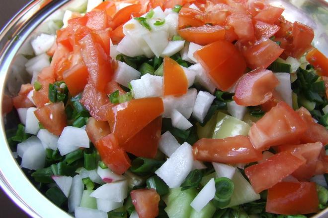 Салата от домати и краставици с репички