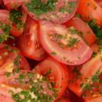 Салата от домати с магданоз и чесън