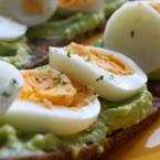 Сандвичи с авокадо и варени яйца