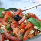 Салата от домати със сирене фета, маслини и босилек