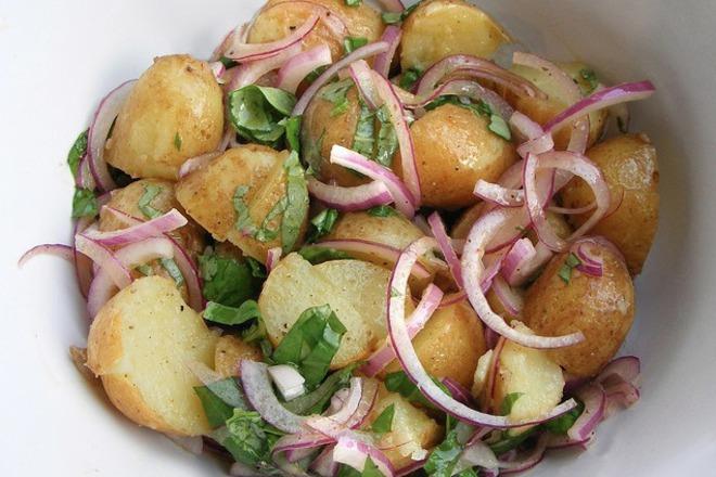 Салата от печени пресни картофи със зелен и червен лук