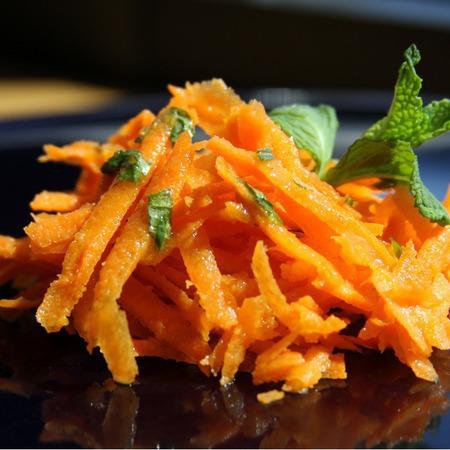 Large salata ot morkovi s menta