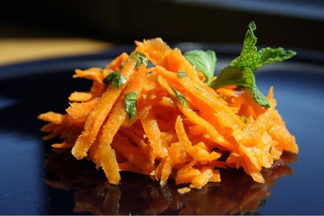 Салата от моркови с мента