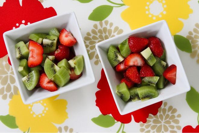 Плодова салата от ягоди с киви