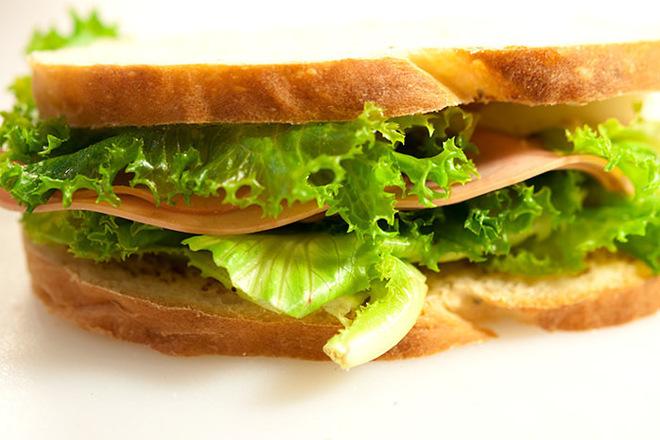 Свеж сандвич с мортадела