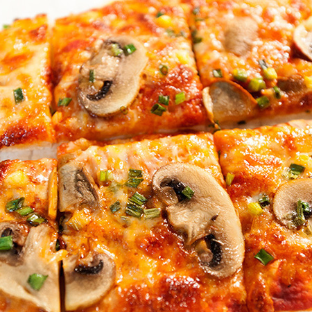 Large pitsa s gabi i zelen luk