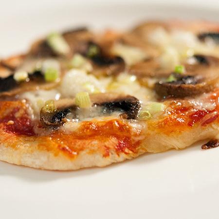 Large pitsa s gabi motsarela i zelen luk