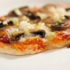 Пица с гъби, моцарела и зелен лук