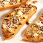 Печени филийки със сирене фета и червен лук