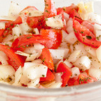 Салата от домати с лук и чесън