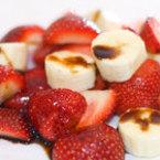 Плодова салата от банани и ягоди