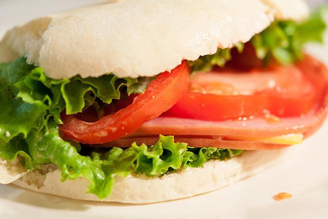 Сандвич с шунка и зелена салата