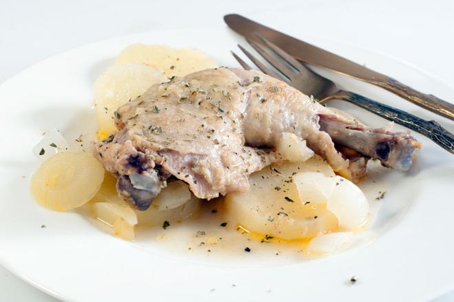 Печени пилешки бутчета с картофи и лук