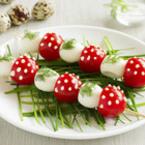 Гъбки от пъдпъдъчи яйца и чери домати