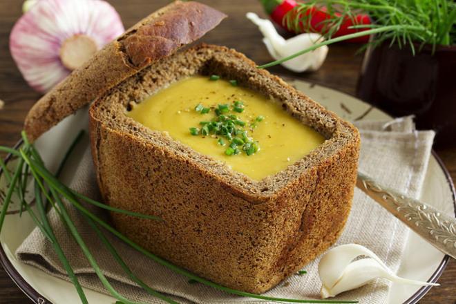 Крем супа от леща в хлебче
