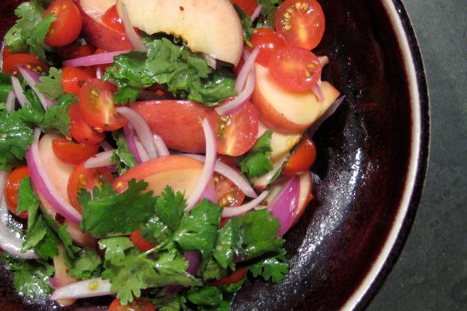 Салата от чери домати с праскови и магданоз