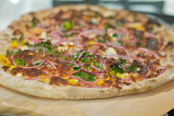 Пица с червен лук, царевица и кориандър