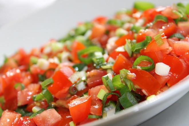 Салата от домати със зелен лук