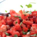 Салата от домати с ягоди и лук
