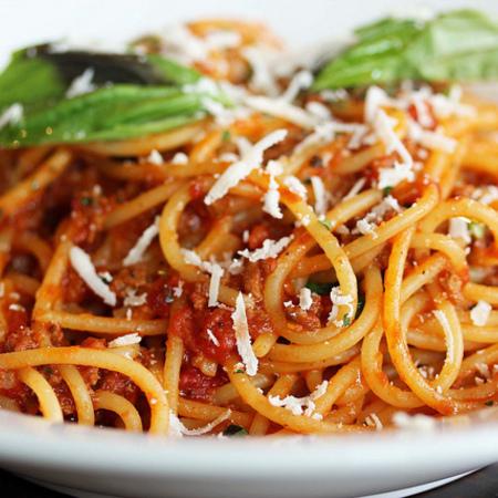 Large spageti s domaten sos kayma i sirene