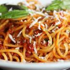 Спагети с доматен сос, кайма и сирене