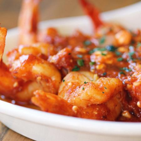 Large skaridi s domaten sos