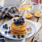 Мини палачинки с мед и боровинки