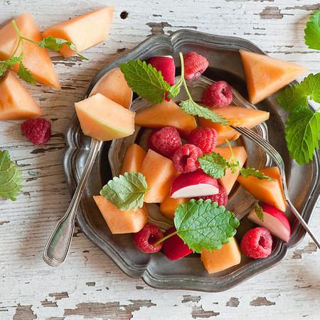 Large plodova salata ot papesh s yabalki i malini