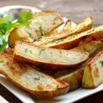 Печени пресни картофи с масло и магданоз