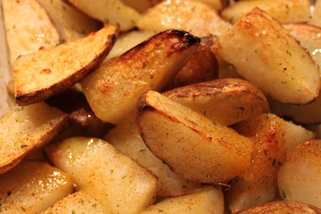 Пикантни печени пресни картофи