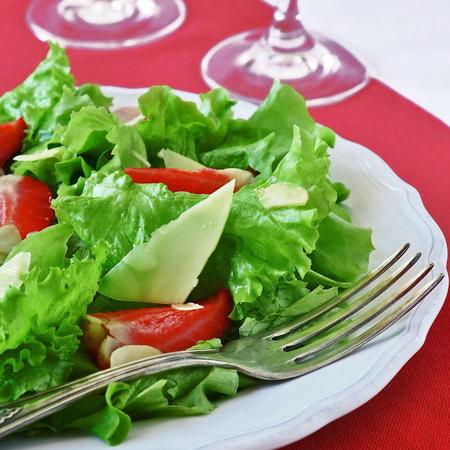 Large zelena salata s yagodi i filirani bademi