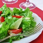 Зелена салата с ягоди и филирани бадеми