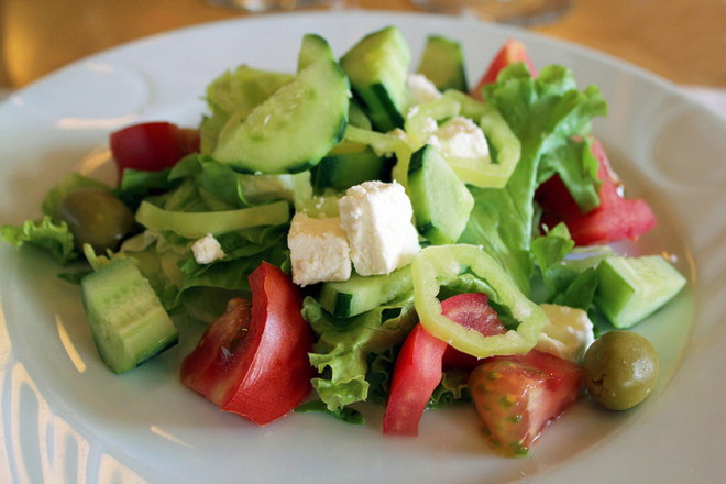 Зелена салата с краставици и чушки