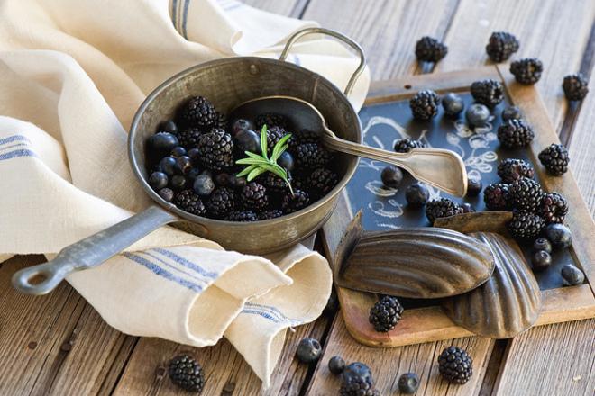 Плодова салата от къпини с боровинки