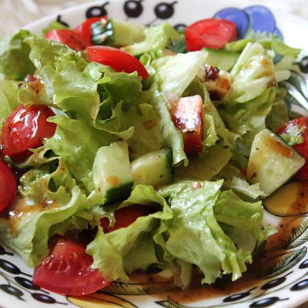 Large zelena salata s domati krastavitsi i chili sos