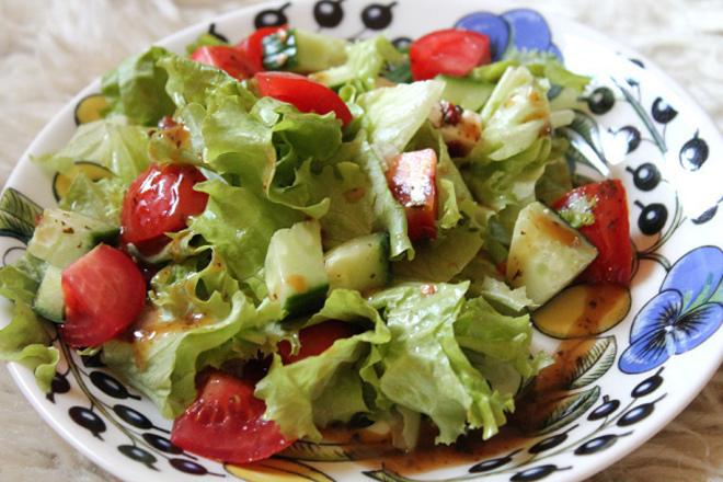 Зелена салата с домати, краставици и чили сос